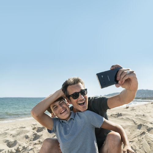 Advertising campaign for Bouygues Telecom produced in Nice showing a father and his son taking a selfie on the beach with a Samsung device